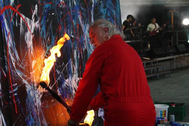 Rakukünstler Peter Widmer verzaubert durch eine spannende Feuershow