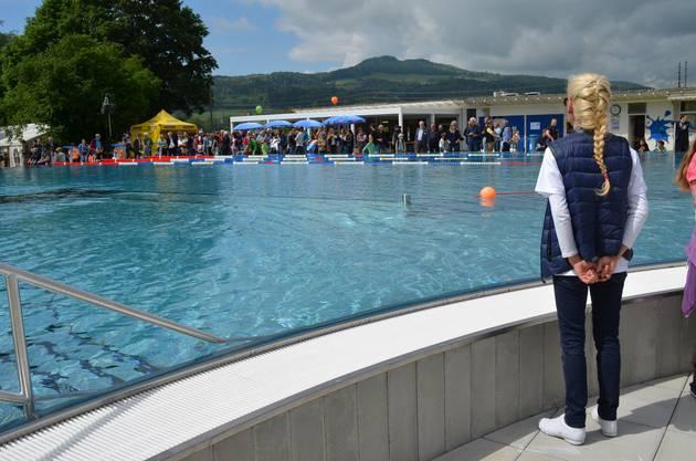 Bademeisterin Mirjam Laube blickt übers Schwimmbecken.