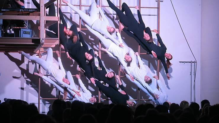 Spektakuläres Gruppenbild der Damenriege an der Schwedenleiter.