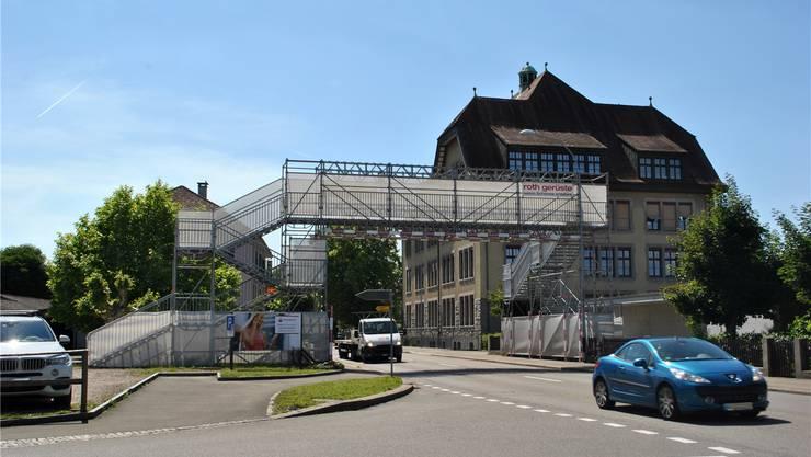 Seit rund zwei Jahren steht beim Laufenburger Schulhaus Burgmatt ein Passerellen-Provisorium. nbo/archiv