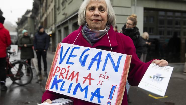 Es gibt gute Gründe, vegan zu leben, wie diese Klima-Demonstrantin in Bern zeigt. Eine Behauptung der veganen Bewegung wurde aber biblisch widerlegt: Jesus war kein Veganer, er ass Fleisch. (Archivbild)