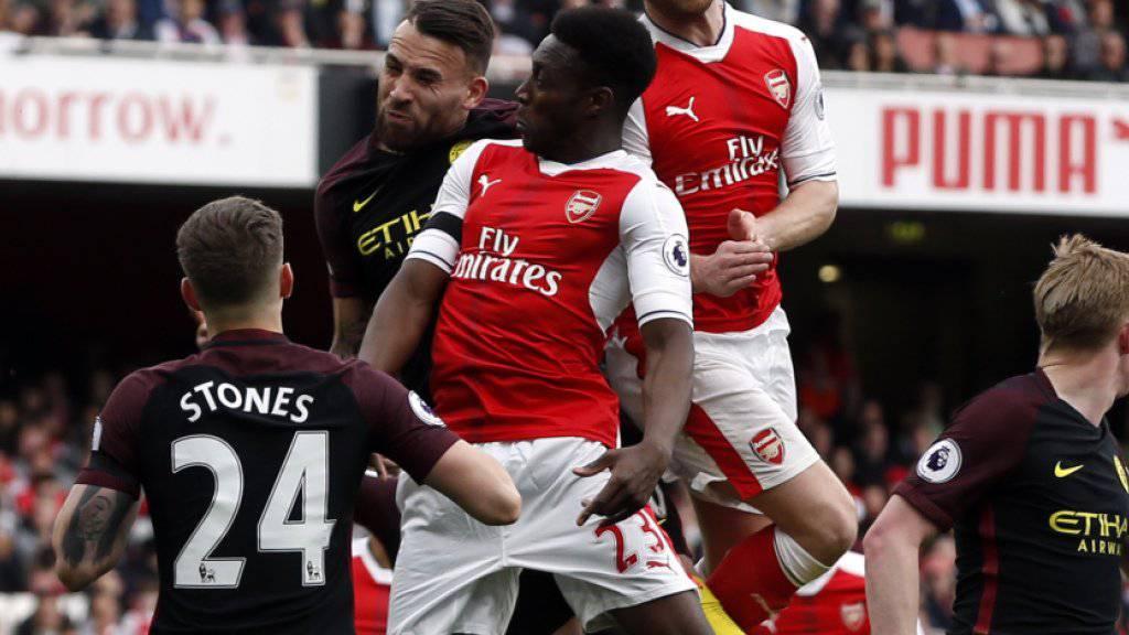 Shkodran Mustafi (rechts) gleicht für Arsenal aus