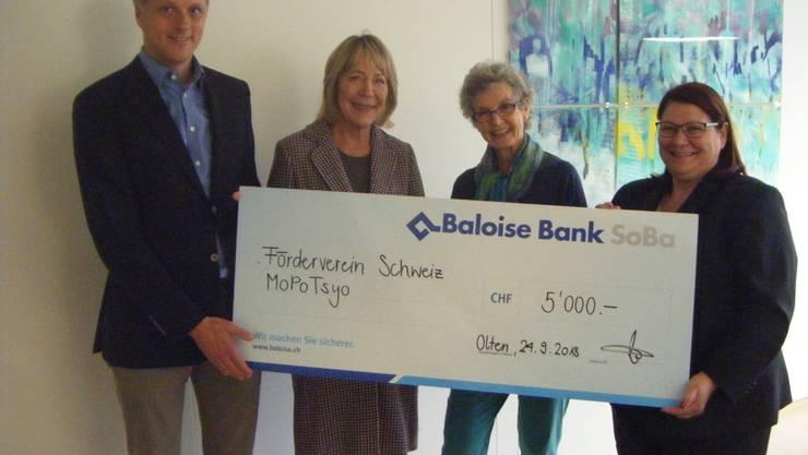 Von links  Prof. Dr. med. Gottfried Rudofsky, Edith Neuenschwander, Dr. med. Madeleine Straumann (alle drei Vorstand MoPoTsyo Schweiz), Patricia Scussolin Baloise Bank SoBa AG