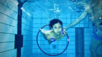 Wie hier in Baden mit Schwimmlehrer Thomas Seger engagieren Aargauer Schulen immer häufiger Profis für das Erteilen des Schwimmunterrichts. Chris Iseli