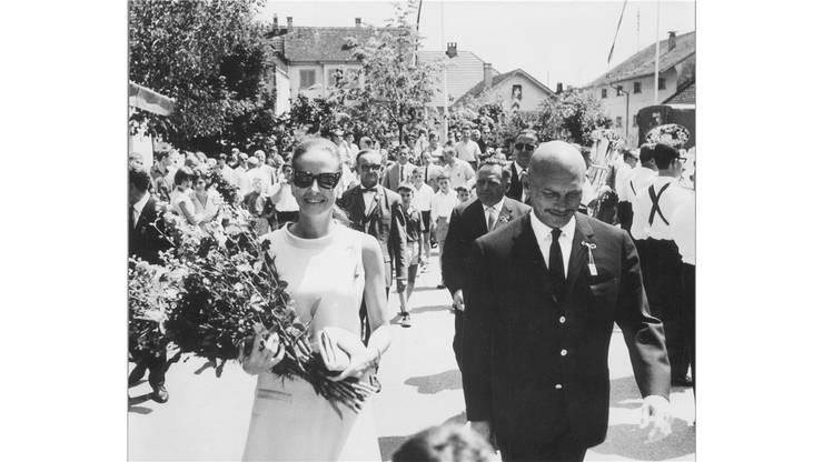 Yul Brynner mit seiner damaligen Gattin Doris Kleiner am Festumzug in Möriken 1967.