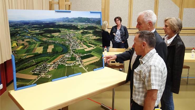 Klare Sicht auf Wolfwil: Die an der Gemeindeversammlung präsentierte Flugaufnahme vom Dorf wird bestaunt.