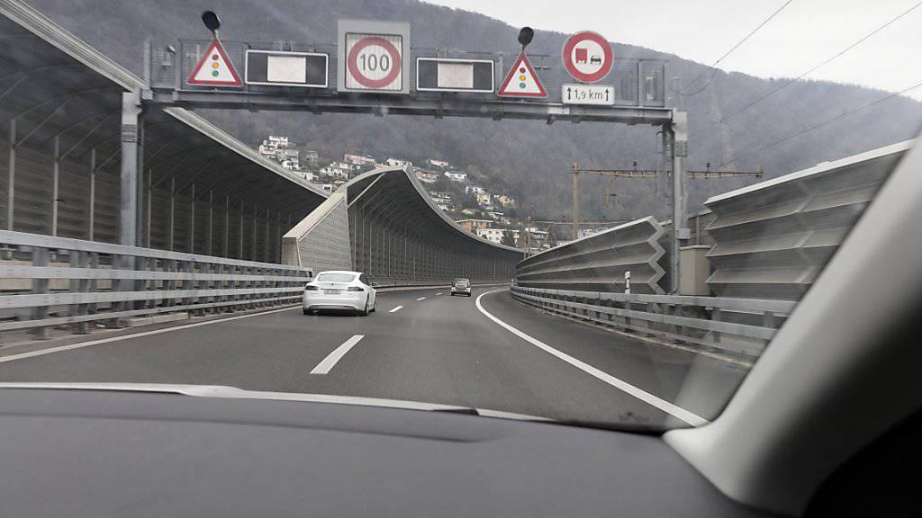 Tempo 100 gehört auf diesem Streckenabschnitt im Tessin der Vergangenheit an. Aufgrund hoher Feinstaubwerte darf südlich des Ceneris seit Montag vorübergehend nur noch höchstens 80 Stundenkilometer auf der A2 gefahren werden. (Symbolbild)