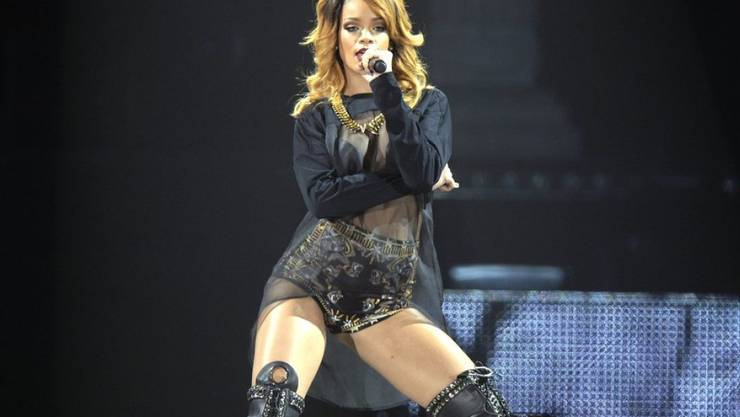 Rihanna muss ihre Stimmbänder schonen. Im August soll die Sängerin in Zürich auftreten (Archivbild, Rihanna 2013 im Hallenstadion in Zürich)