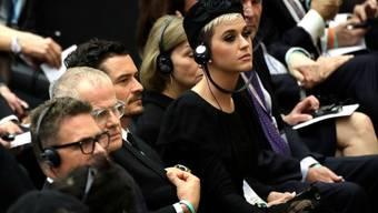 """Leicht """"übergriffig"""": Katy Perry legte bei einer Konferenz im Vatikan ihrem Ex-Freund Orlando Bloom die Hand aufs Knie."""