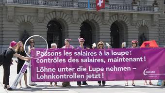 Frauen fordern während einer Aktion auf dem Bundesplatz Lohnkontrollen. Ob sich im Nationalrat dafür eine Mehrheit findet, ist ungewiss. (Archiv)