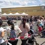 Zum Beispiel am 16. Juni: Letztmals werden in der Eisbahn von Les Vernets Corona-Hilfspakete verteilt. Hunderte stehen dafür bei «Colis du coeur» an.