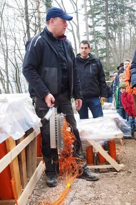 Steffen Bräunlich vom Lieferanten Hamberger zeigt die Verkabelung der mittels Funk ausgelösten Feuerwerkskörper.