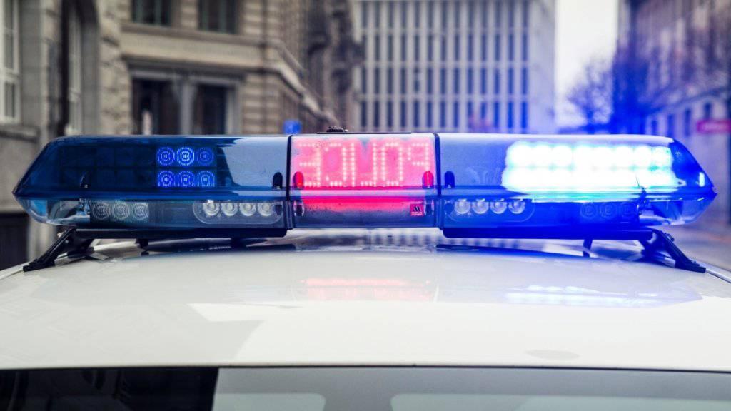 Der Stadtpolizei St. Gallen ging in der Nacht auf Samstag ein vollgedröhnter Autofahrer ins Netz, der sich nun wegen verschiedener Delikte vor der Staatsanwaltschaft verantworten muss. (Symbolbild)