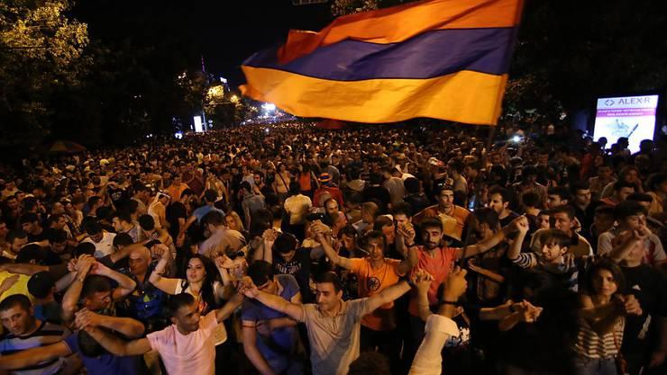 Armenier protestieren in Eriwan gegen Pläne der Regierung, den Strompreis zu erhöhen.