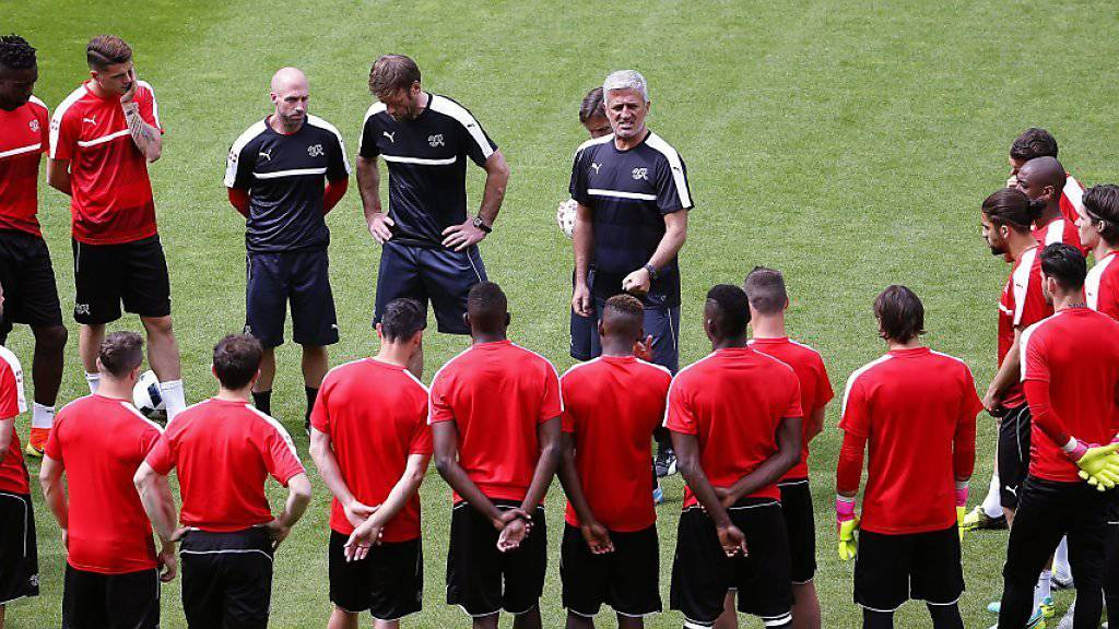 Endlich geht es los: Nati-Coach Vladimir Petkovic schwört seine Spieler auf die Partie gegen Albanien ein