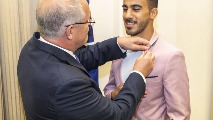 Der australische Ministerpräsident Scott Morrison gratuliert dem bahranisichen Fussballer Hakeem al-Araibi zu dessen frisch erlangter australischer Staatsbürgerschaft.
