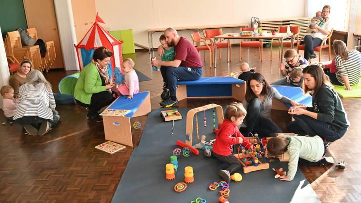 Durch die Frühförderung können die Eltern sich austauschen und die Kinder miteinander spielen.