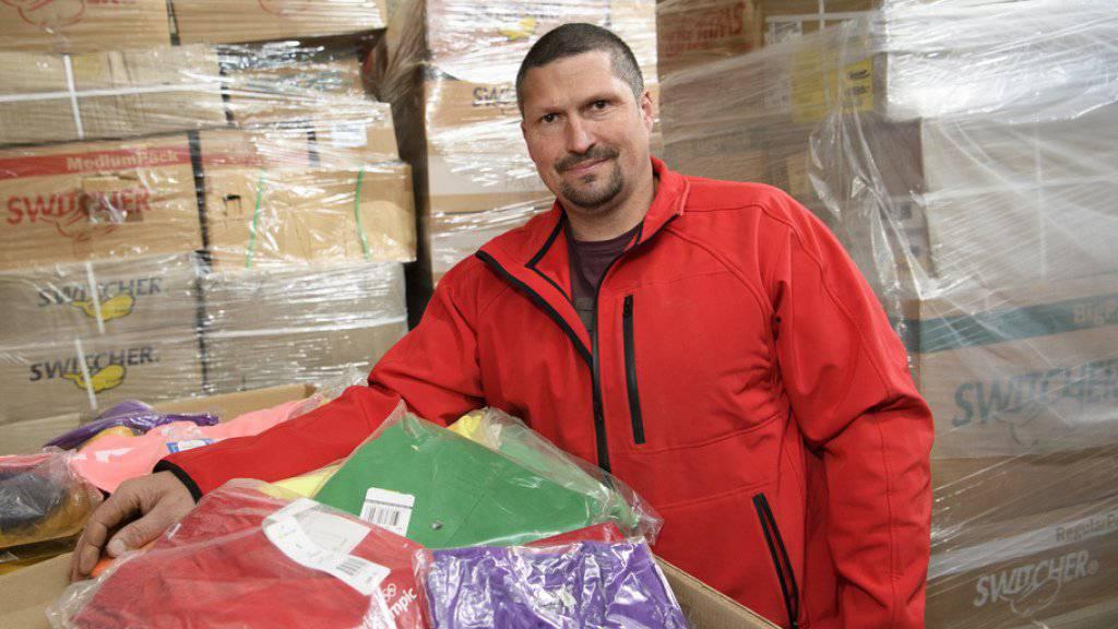 """Die Rechnung ohne den """"Metzger"""" gemacht"""": Patrick Perroud posiert mit Kleidungsstücken aus dem Switcher-Lager."""