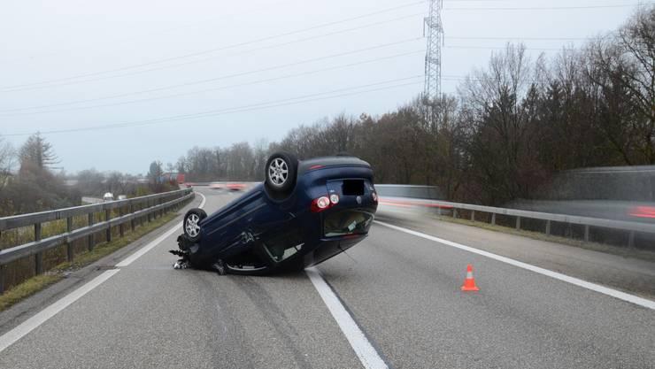 Beim Unfall wurde der Fahrer am Arm verletzt.