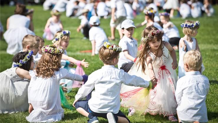 Kindergartenkinder an einer Tanzaufführung an der Morgenfeier im Telliring 2013. Archiv/Annika Buetschi