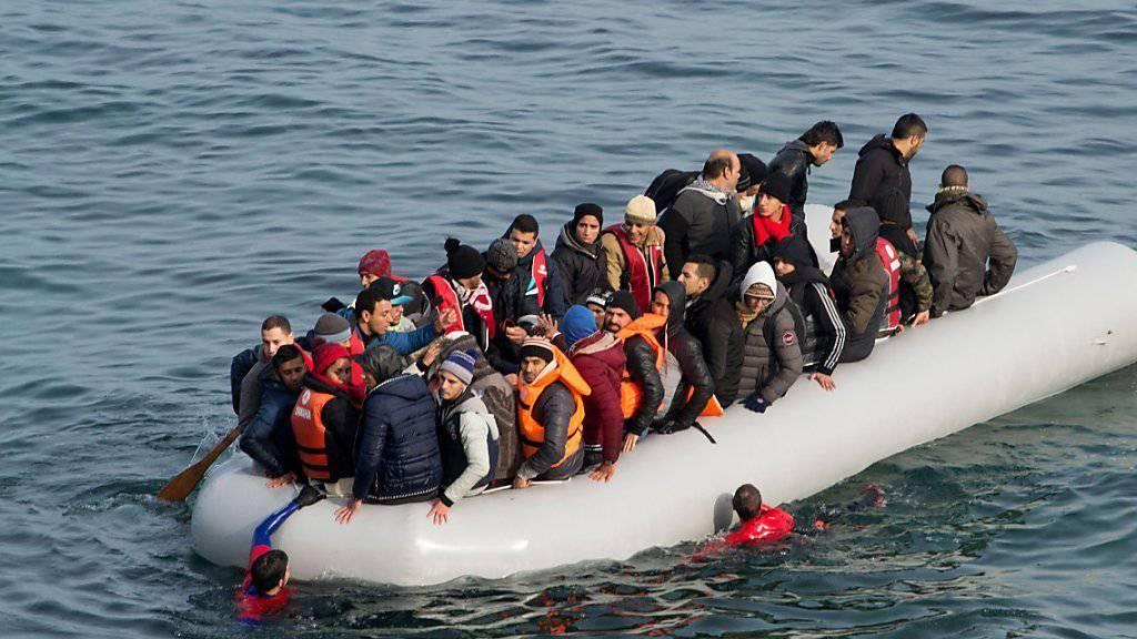 Der Bundesrat spricht zusätzliche Mittel für die Bewältigung der Asylgesuche. Im Bild Flüchtlinge auf dem Mittelmeer. (Archiv)