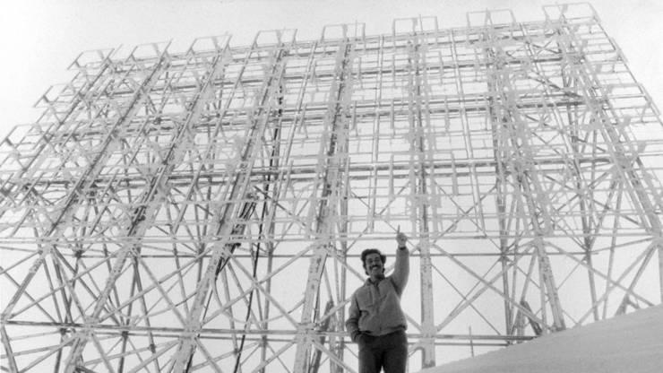 Roger Schawinski auf dem Pizzo Groppera, im Hintergrund die UKW-Antenne, 1980