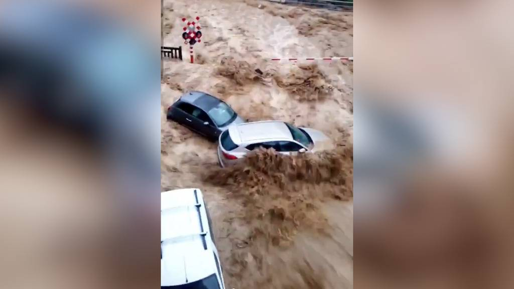 Autos weggespült: In Belgien verwandeln sich Strassen  bei erneuten Unwettern in reissende Flüsse