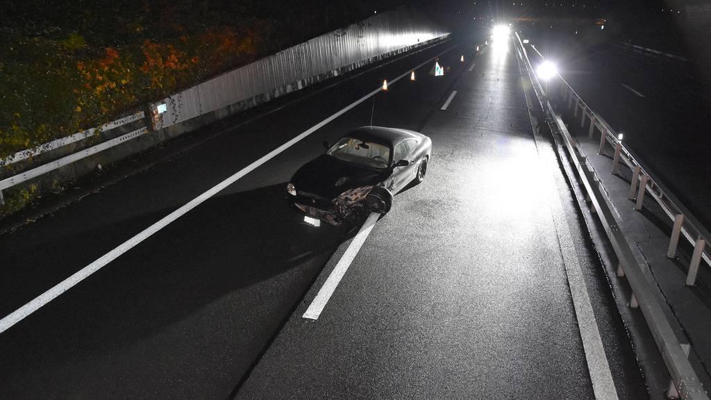 Das Fahrzeug wurde der Polizei kurz nach 03.00 Uhr morgens gemeldet. Vom Fahrer fehlte jede Spur.