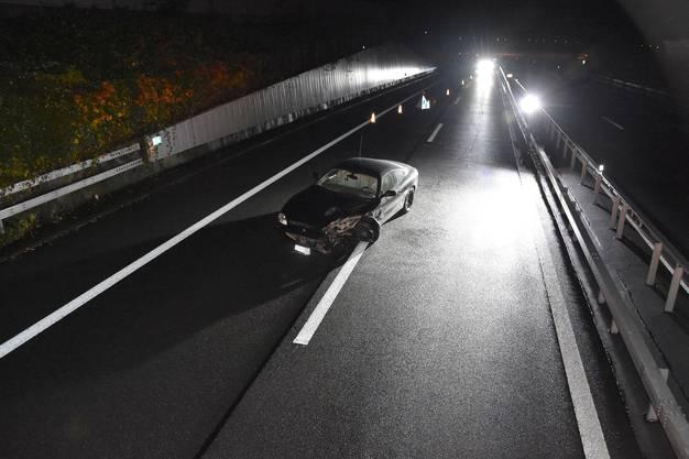 Buochs NW/A2, 24. Oktober: Eine Polizeipatrouille fand einen demolierten Sportwagen mitten auf der Autobahn. Erst am folgenden Tag meldete sich der Unfallfahrer, ein 20-Jähriger aus dem Kanton Nidwalden.