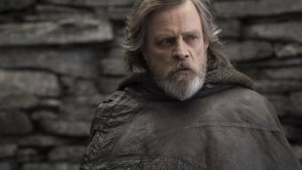 """Mark Hamill spielt Luke Skywalker in """"Star Wars: The Last Jedi"""". Der Film hat sich am Wochenende vom 4. bis 7. Januar 2018 an der Spitze der CH-Kinocharts gehalten. (Archiv)"""