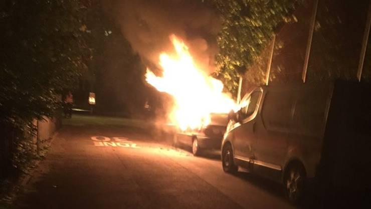 Eines der beschädigten Auto am Lagerweg geriet in Brand.