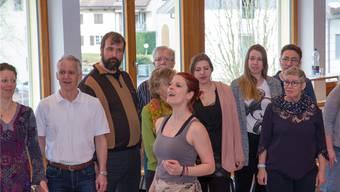 Der Chor mit Solistin und «Fürstin» Dorothee Velten (vorne) am Proben.
