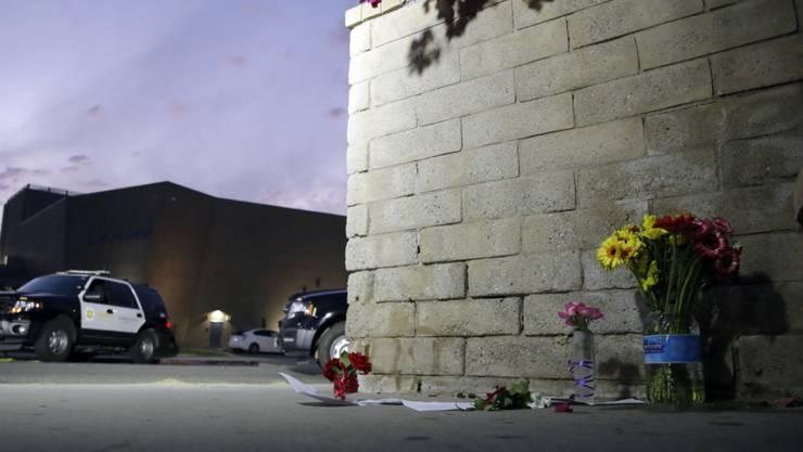 Blumen vor der Saugus High School im kalifornischen Santa Clarita, in der sich am Donnerstag ein tödliches Attentat ereignete.