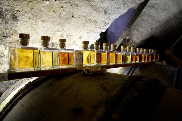 Im Keller, wo der Whisky zur Reifung gelagert wird: Da möchte man doch glatt von jedem Fläschchen eine Kostprobe nehmen.