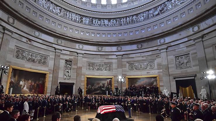 Die Leiche des republikanischen Senators John McCain wurde am Freitag in der Rotunda im Kapitol aufgebahrt - eine Ehre, die bislang nur 30 US-Bürgern zuteil wurde, unter ihnen John F. Kennedy und die schwarze Bürgerrechtlerin Rosa Parks.