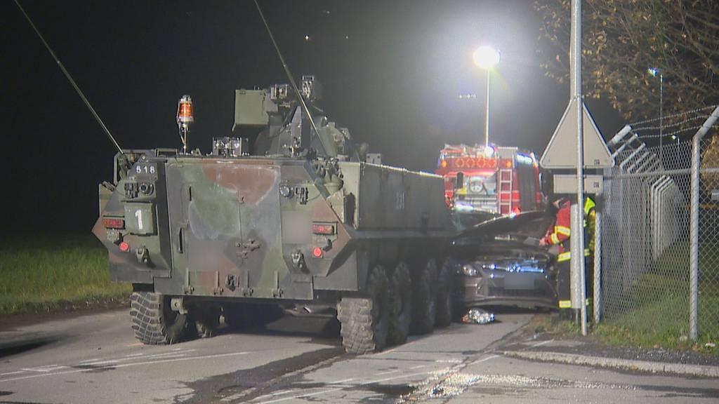 Piranha-Panzer kracht in Auto – Frau schwer verletzt