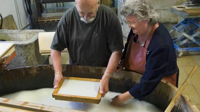 Tipp9: In der Papiermühle kann Papier hergestellt (und bedruckt) werden. Den Papierschöpfern seien die Hände rissig geworden und sogar die Fingernägel abgefallen. Wenk lässt sich von Martin Kluge erzählen: Das sei dem Papier aber egal gewesen, wie in einem Handbruch zu lesen sei. Übrigens wurde Papier früher oft aus Lumpen hergestellt, die man zuvor im Keller anfaulen liess, bevor sie verarbeitet wurden. Das dargebotene Beispiel scheint übel zu riechen, aus Wenks Gesichtsausdruck zu schliessen.