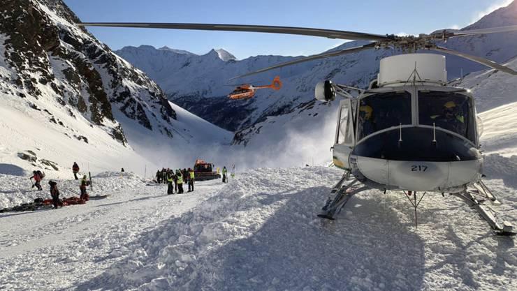Rettungsteams an der Arbeit im Schnalstal in Südtirol. Eine Frau und zwei Kinder aus Deutschland sind auf einer Skipiste in einer Lawine ums Leben gekommen.