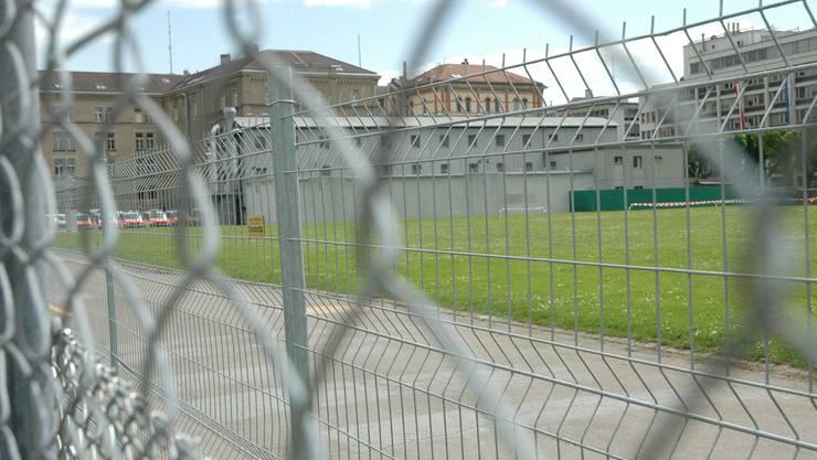 Hinter dem Zaun liegt das provisorische Polizeigefängnis: Hier warteten letztes Jahr 745 Minderjährige auf die Verlegung in eine andere Anstalt.
