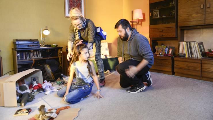 Der Regisseur Garrick J. Lauterbach erklärt der jungen Schauspielerin Juliana, wie er sich die Szene wünscht. Die Visagistin richtet derweil der 10-Jährigen zum wiederholten Male die Haare.