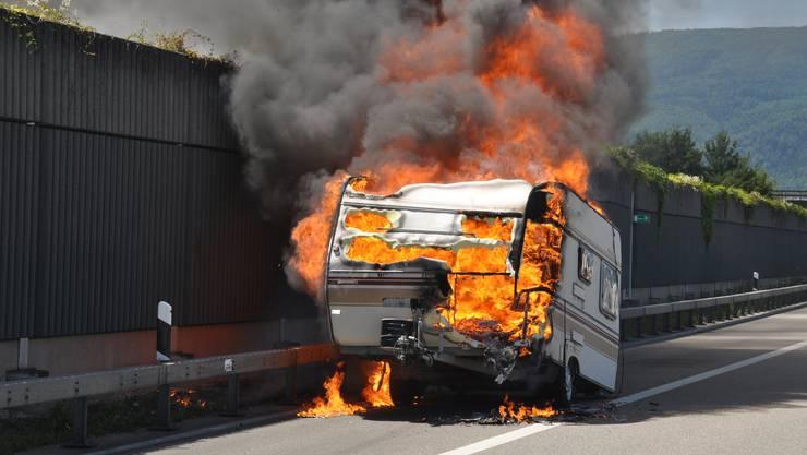 Der Wohnwagen brannte auf der A1 bei Härkingen.