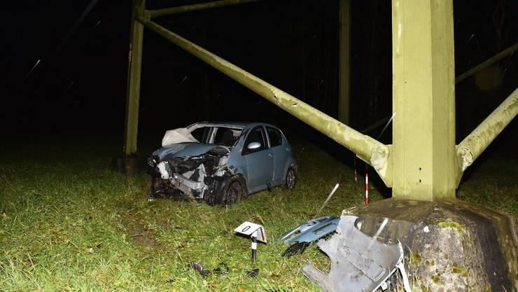 Die Fahrerin musste mit einem Rettungsfahrzeug in ein Spital gefahren werden, wie die Kantonspolizei am Freitag mitteilte.