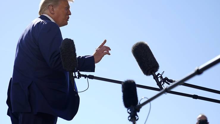 US-Präsident Trump spricht vor dem Weißen Haus in Washington. Foto: Patrick Semansky/AP/dpa