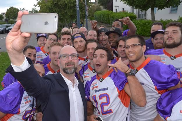 ...und schiesst ein Selfie mit der American Football-Mannschaft Gladiators.