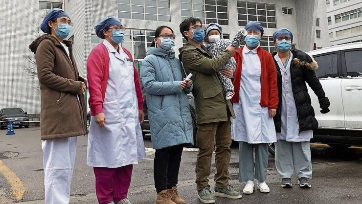 Geheilte Familie vor dem Spital in Peking.