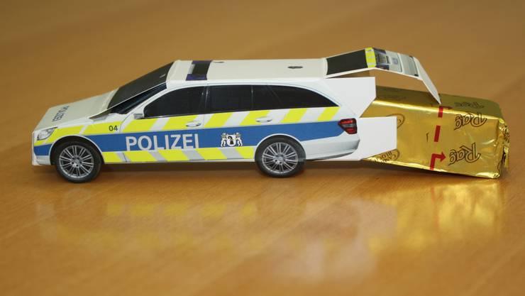 Süsse Versuchung im Polizeiauto: Die Kantonspolizei verteilt Schoggi