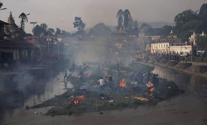 Massen-Kremationen: Die Überlebenden verbrennen in Kathmandu ihre Angehörigen.