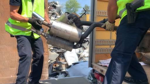 Hier werden 700 Kilo illegale Auspuffanlagen von Autoposern verschrottet