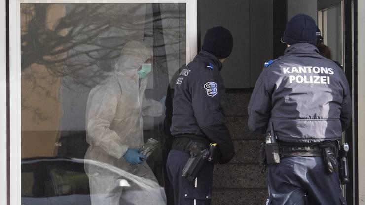 Forensiker und Polizisten bei der Arbeit im Mehrfamilienhaus, in dem Beamte zwei tote Frauen gefunden haben.