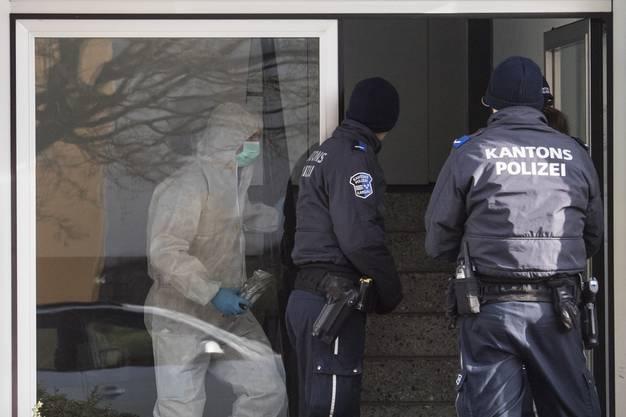 Forensiker und Polizisten bei der Arbeit im Mehrfamilienhaus, in dem Beamte am Montagmorgen, 8. Januar 2018, die zwei toten Frauen gefunden wurden.